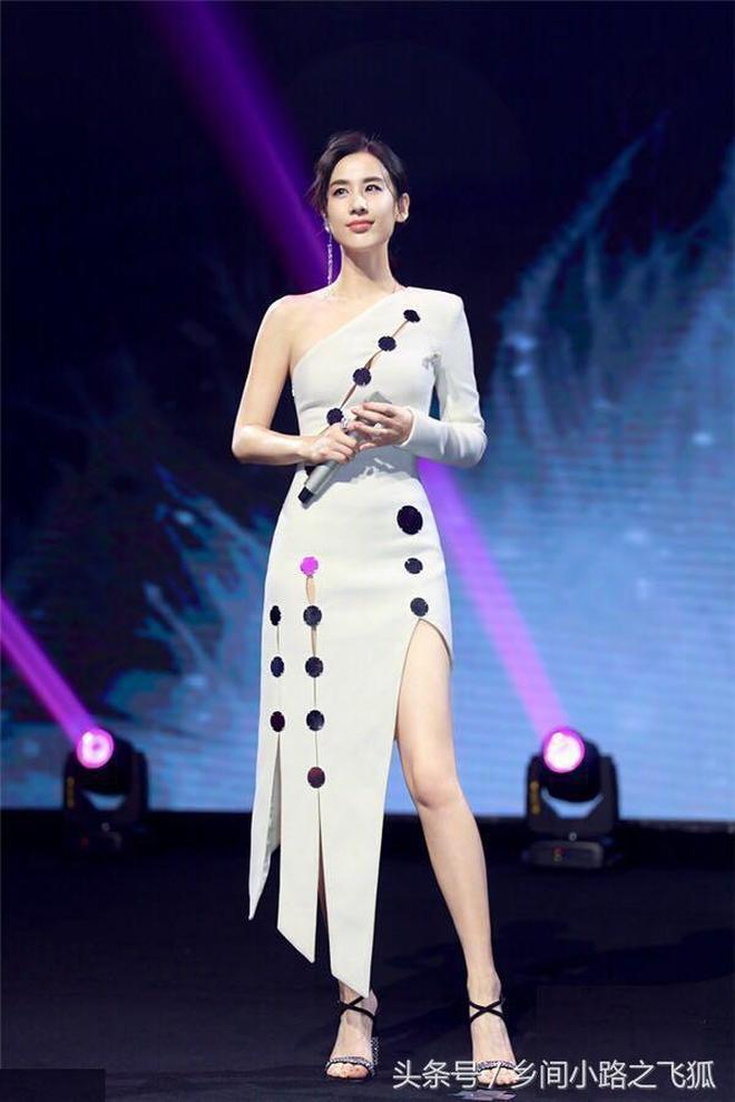 辣媽黃聖依身穿半露肩高開叉長裙,優雅又潮範兒十足