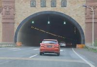 高速隧道中不允許超車,但前車實在是太慢咋辦?交警教你一招