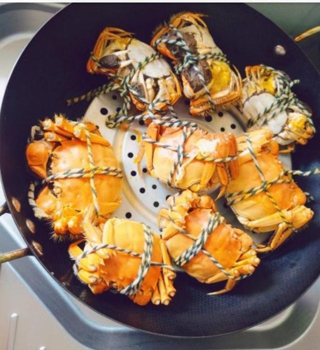 兩人拿一鍋大閘蟹當夜宵零食,這樣吃蟹肉才夠爽,不會的都學下