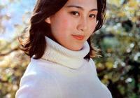 出身電影世家,大二開始演戲,嫁教授恩愛33年,58歲依然優雅