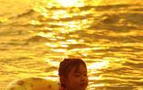 海南三亞椰風海韻夕陽美,遊客海邊遊玩享休閒時光