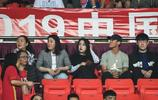 韋世豪在天河體育場觀眾席上觀看中超第六輪恆大的比賽