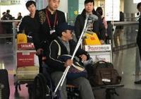 吳京坐輪椅現身機場,因拍戲腿部嚴重受傷,網友:太敬業了!