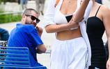 超模貝拉·哈迪德身穿運動衣現身街頭,網友:後面的小哥看啥呢!