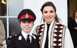 約旦王后參加女兒畢業典禮,18歲女兒穿軍裝帥氣,大女兒顏值高