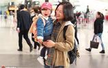 朱丹素顏帶1歲半女兒露面,小小丹像只小肉球,這細節證婚姻穩固