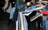 奧利維亞·維爾德優雅穿搭散發知性美感,為粉絲親和簽名格外大方