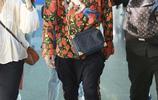 汪東城一身LV花襯衫配吊襠褲、紅球鞋現身機場 這是什麼村花?