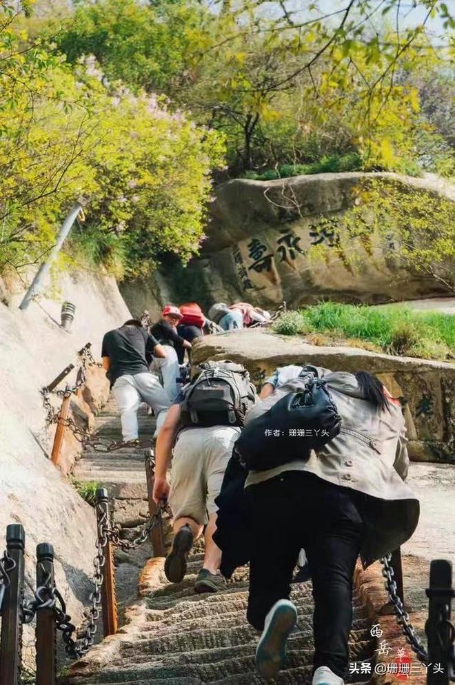 """華山的第三道險關:老君犁溝,陡坡讓遊客依靠兩旁""""鐵鏈""""登山"""