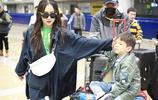 霍思燕帶兒子現身機場 嗯哼坐行李箱上搞怪媽媽一臉寵溺