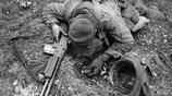 二戰老照片:美軍士兵被德國狙擊手殺死 英軍士兵邊打仗邊吃蘋果