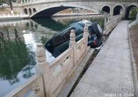 北京海淀區南長河麥鍾橋一輛越野車衝入河道 司機溺亡