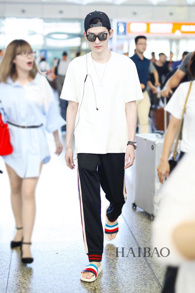 張翰現身機場:身穿白色T恤搭配黑色休閒褲,腳踩彩色拖鞋