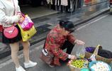 湖北宜昌:李子上市 15元一斤 美女成街頭風景 商家借假期促銷