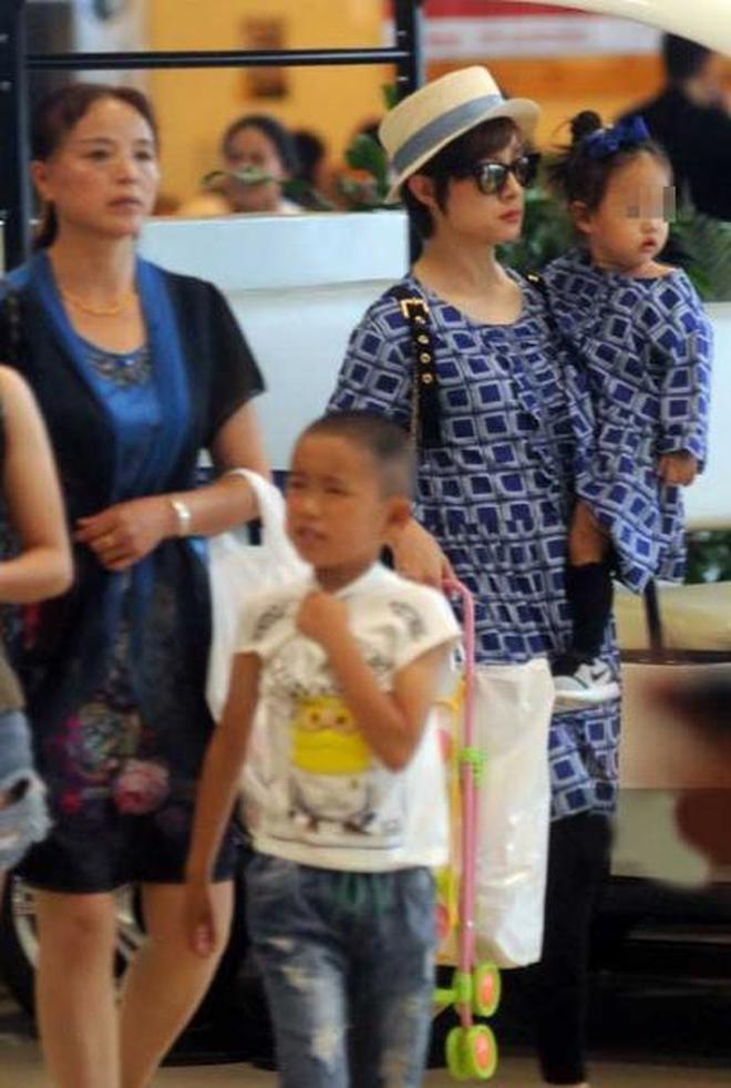 孫儷一家3口現身機場,小花眼神亮了,難得看到孫儷一家同框照片