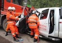 涼山一大貨車和一皮卡車相對碰撞,皮卡車駕駛室嚴重變形