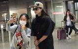 中秋節虹橋一姐也堅守機場 見到蔣欣要求合影並且玩起自拍