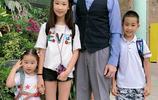 趙文卓大女兒小學畢業 妻子晒全家福合照 12歲女兒大秀細長美腿