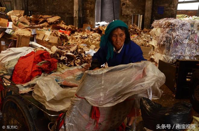 """7旬駝背老人每天收廢品掙不到20元,上街""""掛牌""""多遇好心人"""