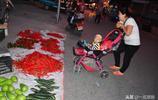 三年前孩子在嬰兒車裡,如今能幫著賣菜了,一家人不分離幸福美滿