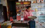 秦嶺大山裡這個鄉撤了,小鎮上留下的商店還是老供銷社的模樣