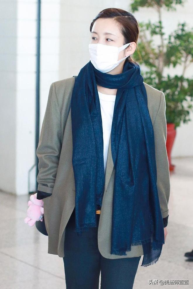 秦海璐低調穿搭戴圍巾別緻搶眼,口罩遮面難擋好氣色
