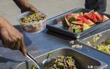農民工的午餐,餃子麵條大米燴菜和水果十幾樣,8元錢管飽隨便吃