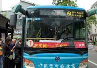 86 歲老人公交車上抽菸,司機勸阻竟被毆打致住院