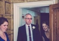當父親看到女兒穿上婚紗,眼角的淚水就再也繃不住了