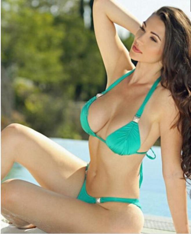 24歲歐美女星弗拉·亞伯拉海邊度假,英國公認第一大美女明星