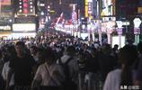 """青島夏日夜經濟""""火了"""",臺東步行街客流量激增"""