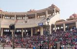 """實拍最奇葩的降旗儀式:上萬觀眾看印巴兩國軍人邊境線上""""鬥舞"""""""