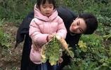 黃奕片場帶女兒玩,母愛滿滿,但近看黃奕的臉怎麼變成這模樣了