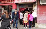 實拍:山西燒餅一爐出16個,顧客排隊圍著等!只做半天能賣1000個