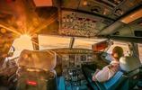 直擊飛機艙的駕駛場景,密密麻麻的操作鍵,強迫症可無法當飛行員