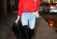 艾爾莎霍斯卡穿紅色衛衣配牛仔褲現身 打扮精緻優雅超模範十足