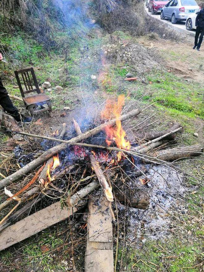 山裡人家殺年豬了,請鄉親們來吃肉,這樣的場面你見過嗎
