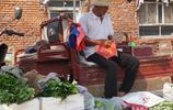 天津農村大爺賣自家種的蔬菜,為啥價格貴卻賣的好?