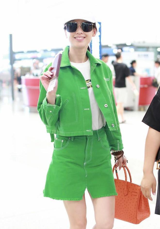 """""""辣媽""""黃聖依素顏現身顏值依舊能打 一身綠色套裝清新惹眼"""