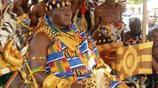 穿金戴金,越多越好,鞋子都是金子做的,實拍非洲有錢人的炫富方式,他可能把全部家當都穿在身上了