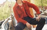 從懵懂少年到超級偶像 易烊千璽磚紅色搭配硬朗帥氣