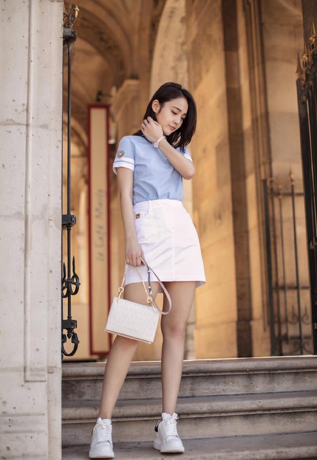 被張佳寧驚豔到了,30歲穿藍色短袖半身裙,雙腿粗壯也成加分項
