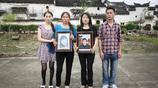 女子走失31年,歸來後父母均已去世,手捧父母遺像拍全家福