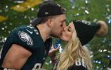 美國最牛體壇夫妻!朱莉-厄茨奪冠女足世界盃後場邊送出浪漫一吻