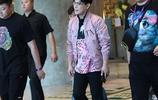 劉憲華穿牛仔襯衫清爽帥氣,52歲張信哲粉色夾克顯少女心