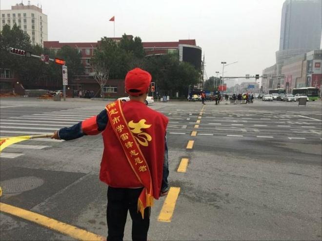 保定大學生創城志願者走向街頭指揮交通!