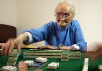 安徽108歲老人打麻將上廁所,褲兜隨時放'一'物,保你贏的手抽筋