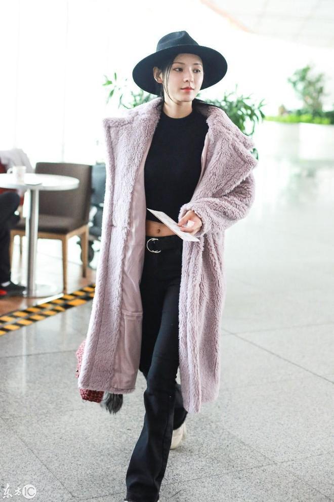 張予曦現身機場,露臍上衣配窄腿褲,網友:難怪能迷倒陳柏融!