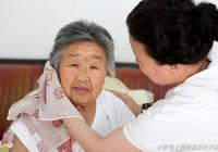 前婆婆住院,我去看她,六歲兒子說了兩句話,病友紛紛要求換房