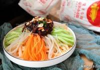 胡蘿蔔做手擀麵,炸醬不用肉,這個麵條是純素的,好吃買不到!